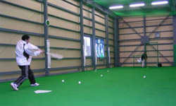 人工芝敷設の室内練習場